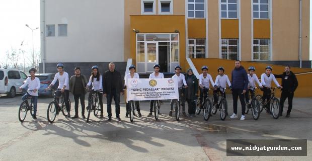 'Genç Pedallar' projesi ile Midyat'ı karış karış gezerek fotoğraflıyorlar