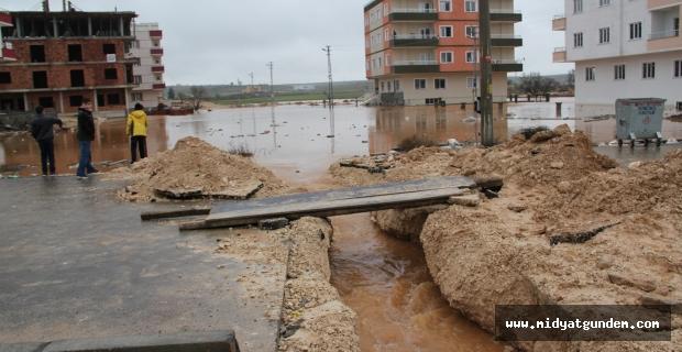 Midyat'ta sağanak su baskınlarına neden oldu