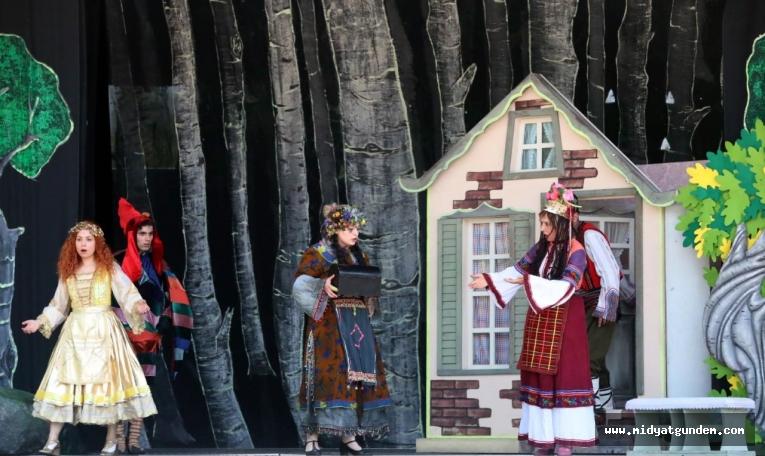Büyükşehir Belediyesinden çocuklara yönelik açık alanda tiyatro gösterimi