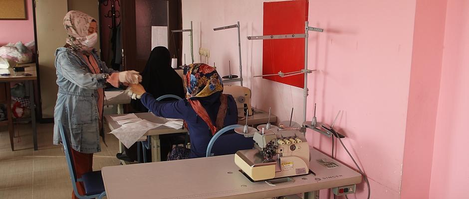 Suriyeli ve Tük kadınlar ihtiyaç sahipleri için maske üretiyor