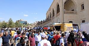 Büyükşehir Belediyesi vatandaşa aşure dağıttı