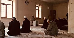 Midyat'ta Cami imamı namaz öncesi vaaz veriyor
