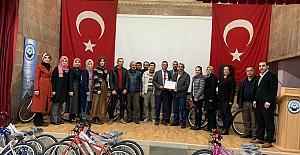 Yavuz, okulu ziyaret ederek 20 adet bisiklet armağan etti.