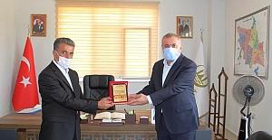 Başkan Şahin'e Muhtarlar Derneği Başkanından teşekkür plaketi