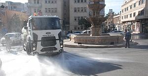 Midyat'ta Cadde ve sokaklar koronavirüse karşı sabunlu su ile yıkanıyor