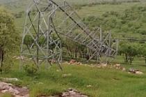 Fırtına Midyat'ta elektrik direklerini devirdi, 60 köy enerjisiz