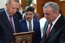 Başkan Şahin, İlk maaşını engellilere ikinci maaşını dayanışmaya bağışladı
