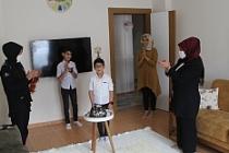Karantinada olan infaz koruma memurunun oğluna polisten doğum günü sürprizi