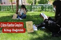 Sokağa Çıkma Kısıtlısı Gençlere Kitap Dağıtıldı