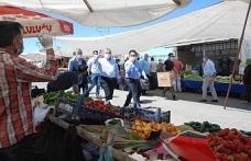 Kaymakam Dundar ve Başkan Şahin, semt pazarında Kovid-19 tedbirlerini denetledi
