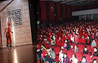 Öğrenciler için Arena Akrobasi Gösterisi