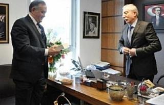 Miroğlu, MHP'li Akçay için kitabını imzaladı
