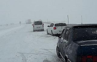 Kar Yağışı Nedeniyle Hop Geçidinde Araçlar Mahsur...