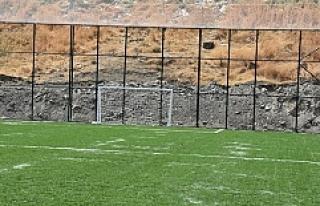 Dargeçit'te sentetik çim sahasının yapımı...
