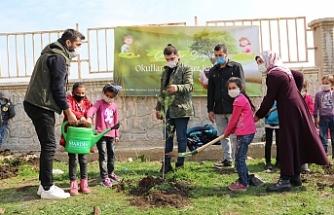 Derikli Öğrenciler Okul Bahçesine Fidan Dikmenin Mutluluğunu Yaşadı
