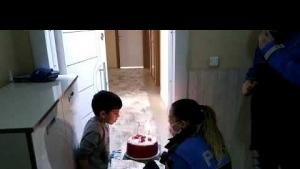 Polisten kronik hasta çocuğa doğum günü sürprizi